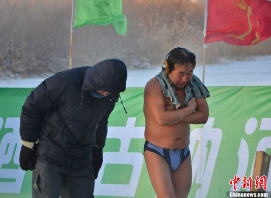 组图:河北冬泳爱好者零下30度参加冬泳比赛