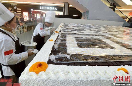 36平方米巨型二维码蛋糕亮相北京(组图)