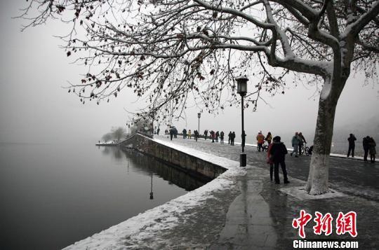 浙江杭州连日降雪,吸引了众多游客前往西湖赏雪。图为杭州西湖著名景点——断桥。 李晨韵 摄