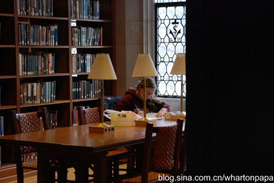 学生在图书馆(图片来源:陈伟)