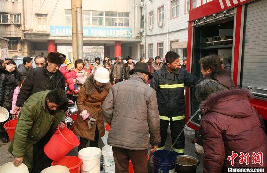 邯郸市消防官兵送水上千吨救急(组图)