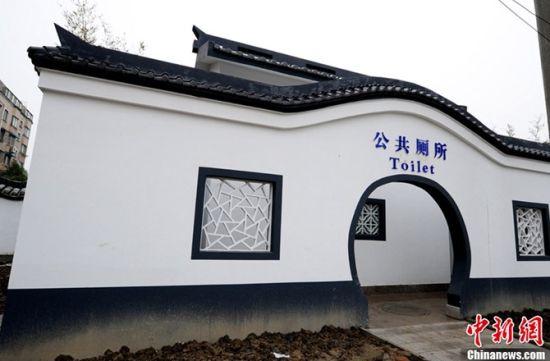 """江苏太仓窄道两侧建两所""""豪华""""公厕"""