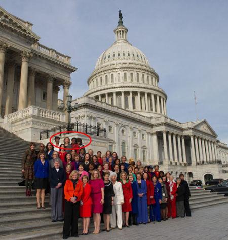 美国会61名女议员大合影后排4人系PS加入