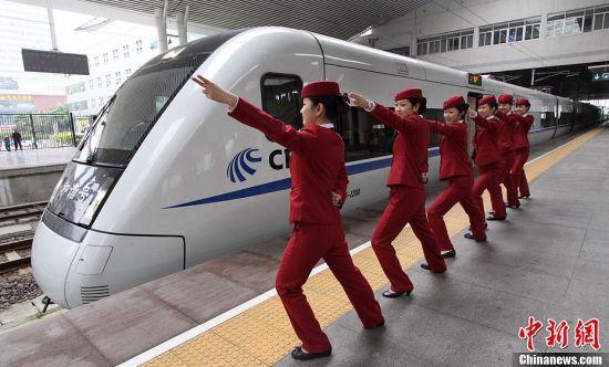 """海西动姐摆""""动车style""""迎蛇年春运(图)"""
