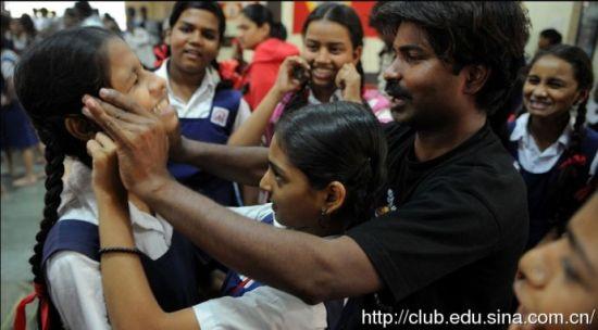 印度女性参加防身术训练课程