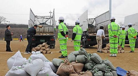 环卫工人应聘者在考试现场。(来源:中国日报网)