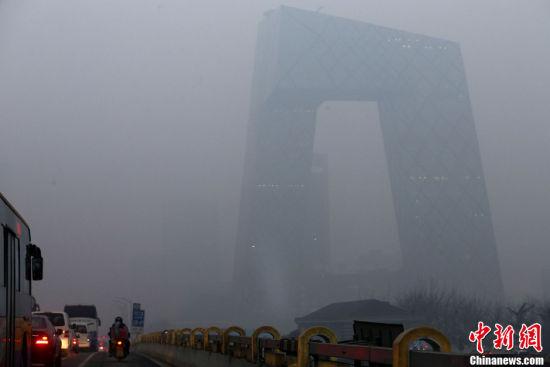 中国遭大面积雾霾笼罩河北局地能见度不足200米