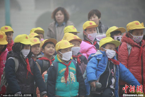 雾霾天气孩子们戴口罩防止吸入颗粒物