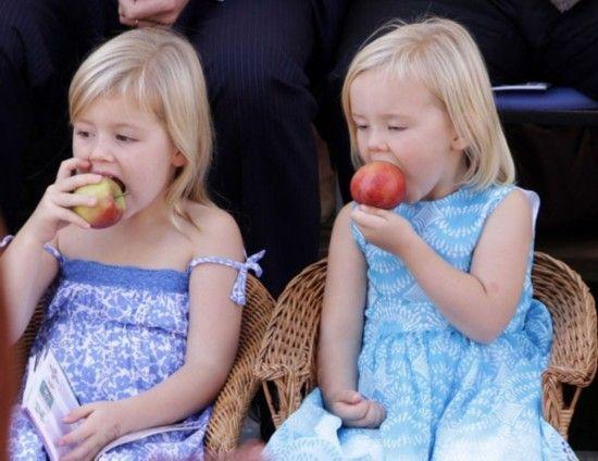 当地时间2010年9月11日,荷兰Tiel小镇,小公主Alexia和Ariane参加水果大游行,吃起苹果来很是可爱。
