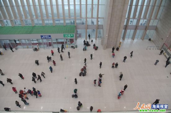 1月23日上午石家庄火车站较为冷清的售票大厅