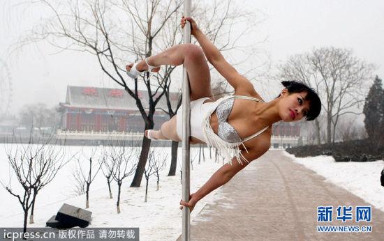 钢管舞国家队不畏严寒冰天雪地拍宣传片(图)