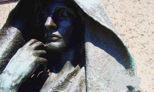 """""""黑阿吉""""雕像"""