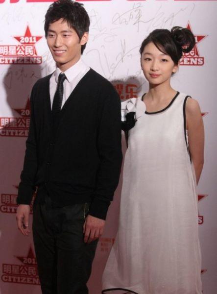 刚满20的她现在人气正旺,更是颁奖典礼和时尚活动的常客!一身黑白雪纺裙更加看起来清纯可爱!
