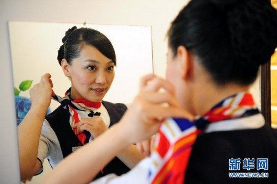 在兰州中川机场,空姐刘五燕在值飞前整理仪容