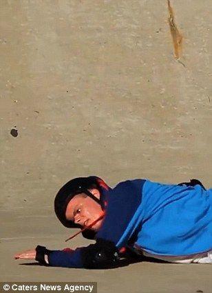 失明大学生玩滑板视频蹿红