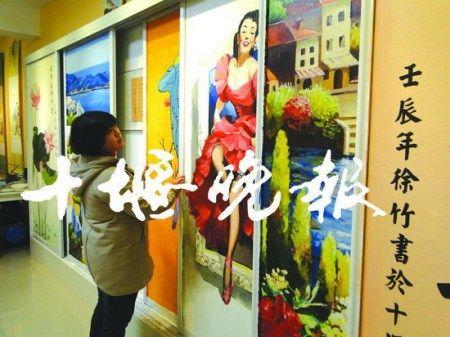 徐竹在整理自己的作品。