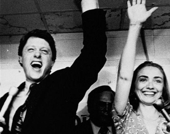 1982年克林顿成功当选阿肯色州州长,希拉里和克林顿向支持者挥手致意。