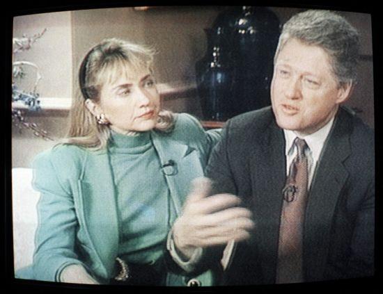 """1992年1月26日,在接受美国哥伦比亚广播公司(CBS)新闻节目《60分钟》的采访时,希拉里对克林顿婚外情丑闻予以否认,她解释自己并不是那种""""像特米・温奈特一样站在男人身边的小女人""""。希拉里说:""""我坐在这里是因为我爱他,尊重他,尊重我们一起经历过的苦乐。如果这还不够,尽管不给他投票好了。"""""""