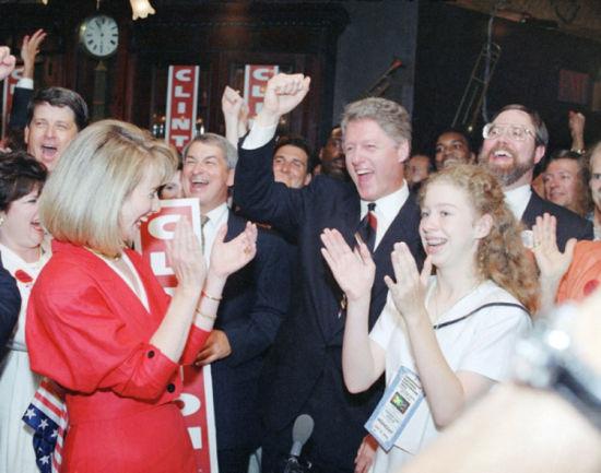 1992年7月15日,克林顿被提名为民主党总统候选人,希拉里和女儿鼓掌祝贺。