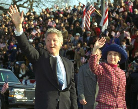 1993年1月20日,首次当选总统的克林顿举行就职典礼,希拉里出席了仪式,其蓝色礼帽的时尚造型引来当时舆论界的品头论足。