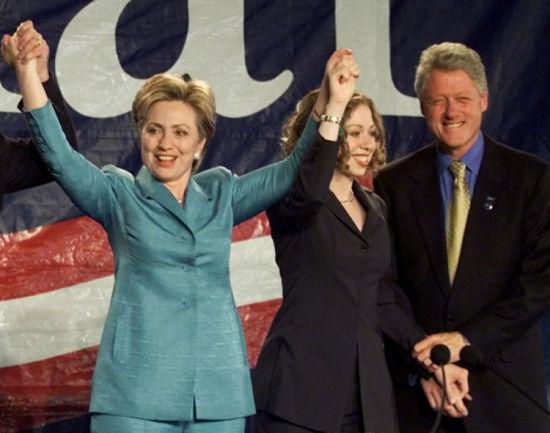 2000年11月7日,希拉里当选纽约州参议员,正式开始政治生涯。