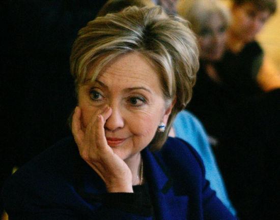 连任两届纽约州参议员后,希拉里将目光瞄准白宫,准备竞选总统。图为2007年1月8日,新罕布什尔州朴茨茅斯市的拉票活动中,希拉里回答选民问题时的动情瞬间。