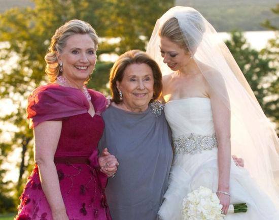 2010年7月31日,希拉里和母亲参加女儿切尔西的婚礼,三人一起拍下合影,她看起来非常高兴。当日,切尔西与华尔街经理人马克・梅兹文斯基(Marc Mezvinsky)喜结连理。