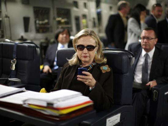 2011年10月18日,希拉里在军用飞机上使用黑莓手机浏览一家调侃克林顿的网站,一位国务卿发言人称希拉里非常喜欢这个网站,这还激发了她亲自上网发布信息的兴趣。