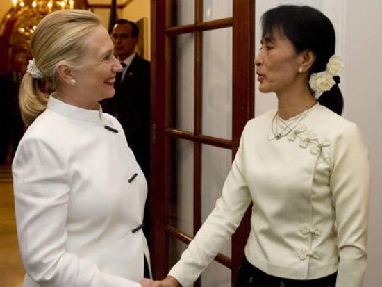 2011年12月1日,希拉里访问缅甸,会晤缅甸全国民主联盟领导人昂山素季,扎起的头发让希拉里显得更加干练。