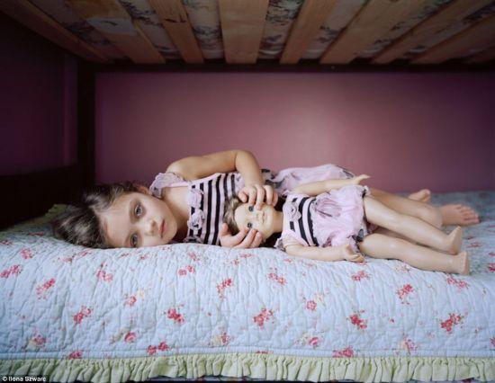 仿真玩偶记录女孩童年