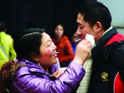 爱情・离别 离别的车站,妻子为他擦去脸上污物。