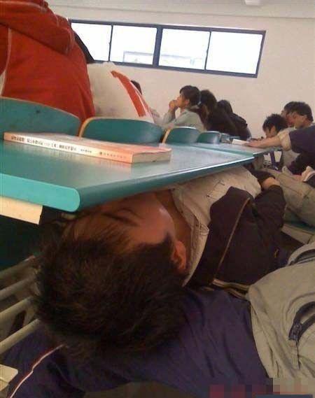 上课睡觉的最高境界!
