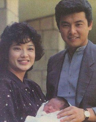 山口百惠抱着刚刚出生的佑太郎