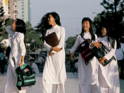 白裙飘飘的越南女大学生