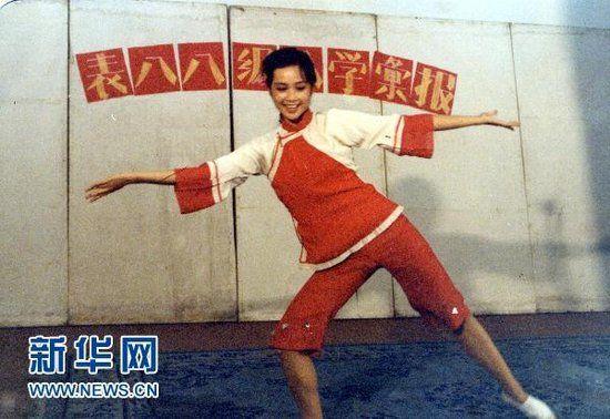 图为北京电影学院88级表演系蒋雯丽在进行入学汇报演出。