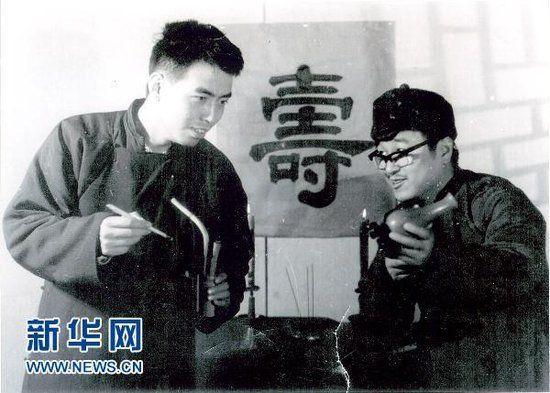 图为北京电影学院78级导演系陈凯歌(左)、夏刚在表演课里进行话剧排练。