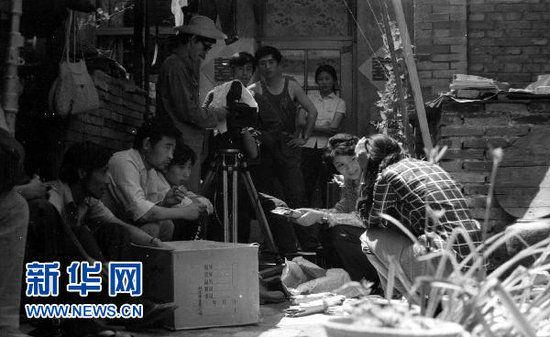 图为北京电影学院78级摄影系张艺谋(右四)等拍摄毕业作业《小院》的工作照。