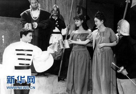 图为北京电影学院93级表演系徐静蕾(右三)等在进行毕业大戏演出。