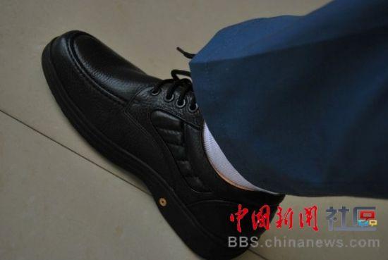2.穿冒牌皮鞋,或价格8百以下的皮鞋。