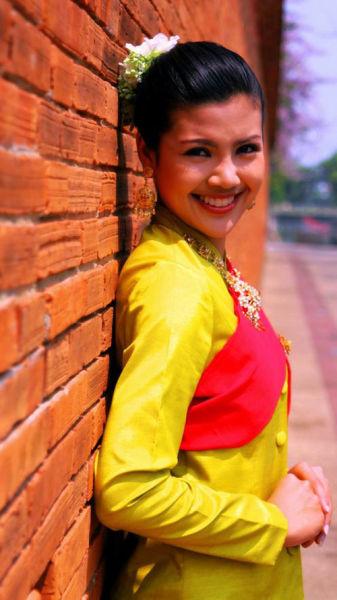 泰国女人喜欢浓妆艳抹,配合艳丽的民族服饰,很妥帖。