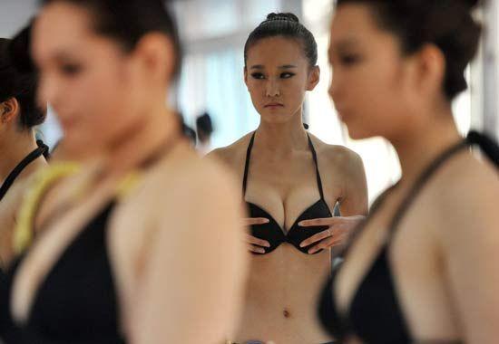 众考生泳装上阵秀身姿。大露背、细肩带、热裤、超短裙艺考考生因穿着暴露遭非议!
