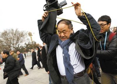 昨日,出现在人民大会堂东门的新委员莫言被记者的录像机线缠住,他一言不发,边走边解线。