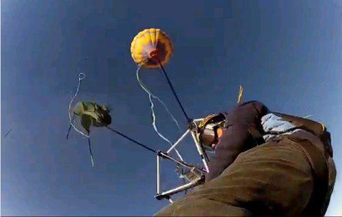气压使伞外翻,伞面撕裂,只剩下伞架(网页截图)