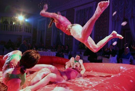 俄罗斯女子泡沫摔跤 贴身肉搏不惧走光