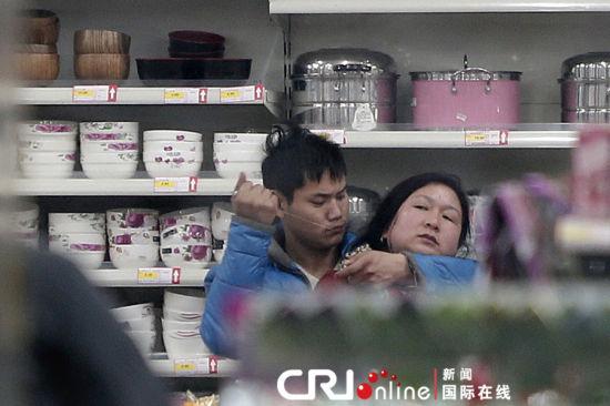 郑州一男子持刀劫持超市女售货员(图)