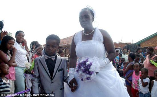 """南非男童遵""""祖训""""娶61岁老妇(图)"""