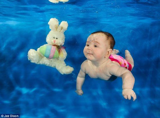可爱宝宝水下学游泳萌态十足