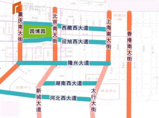 """盖房子讲究打地基、搭框架,目前,正在加紧推进路网建设就如同正定新区的骨架,决定着新区的发展速度和质量。按照起步区""""三年见形象""""的目标,到今年年底前,新区将形成""""五横四纵、两快速路""""的路网结构。   时近中午,在正定新区重庆南大街两侧,工人们还在紧张地施工,平整地形,铺设地砖。   赵世东 正定新区建设局 项目负责人:目前,西侧进行慢车道和便道的铺设,东侧进行路基的施工。预计5月底完成。   据介绍,今年,正定新区除继续完善现有道路的功能外,还将加紧实施隆兴大道、湖南西大道、香港南大街、西藏西大"""