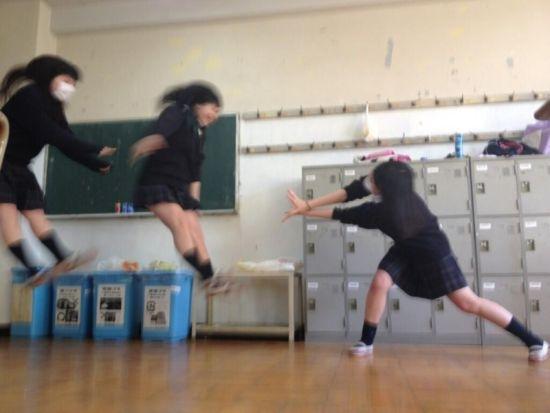 日本女学生自拍龟派气功波爆红网络(组图)