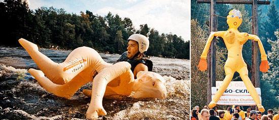 诡异的抱充气娃娃游泳大赛